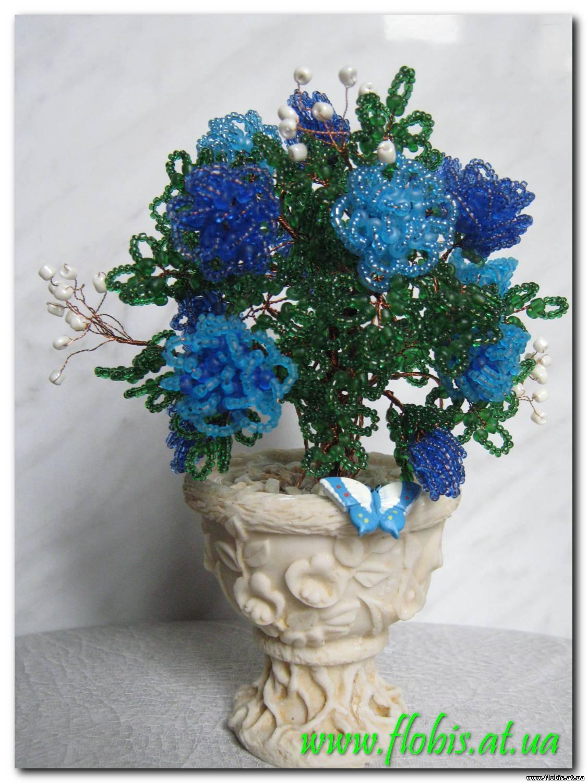 Розочки, сплетенные из синего бисера двух оттенков на длинных стеблях.  Листья из матового бисера зеленого цвета.